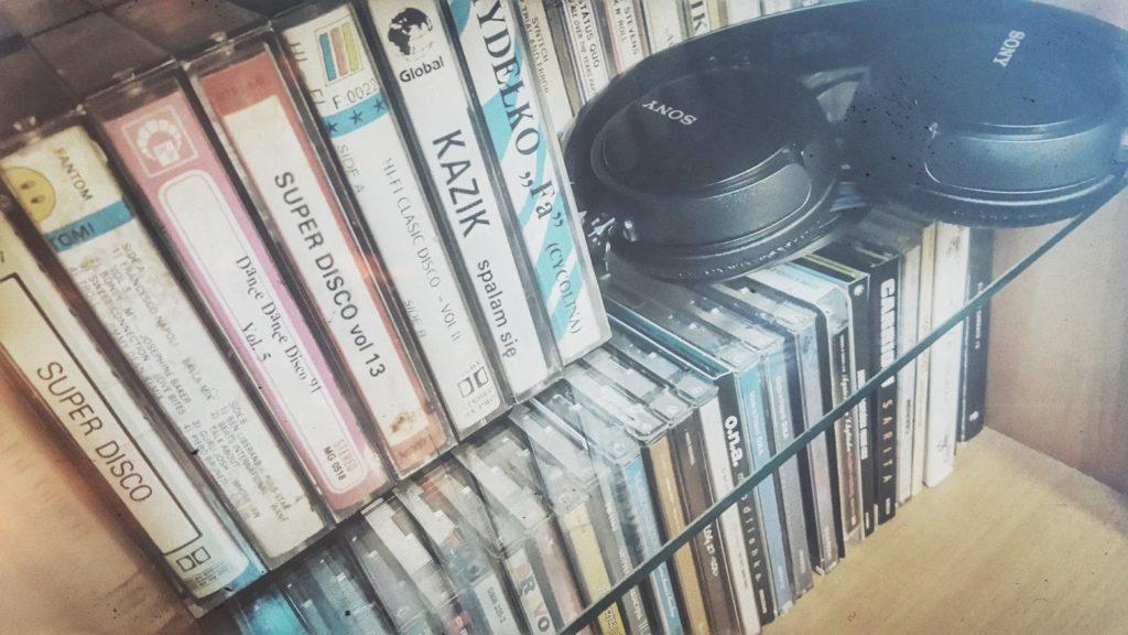 Jak znaleźć piosenkę której tytułu nie znamy? Czyli sposoby na odszukanie autora nieznanego utworu. Kto i dlaczego pomieszał panieńskie kasety moich rodziców oraz dlaczego postanowiłem znaleźć na nie miejsce w swoim pokoju? Posprzątanie i porządek w starych kasetach z wykorzystaniem nowej technologii!