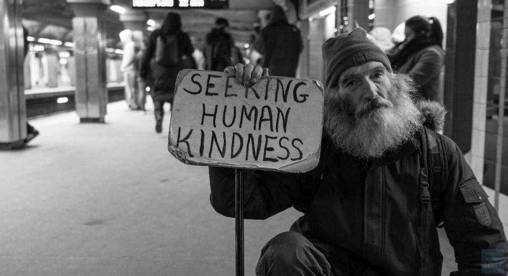 Czy dawanie pieniędzy potrzebującym jest dobrym rozwiązaniem? Jak podchodzić do bezdomnych lub zaniedbanych ludzi? Czy pomaganie przynosi nam korzyści? Rewelacyjny sposób na osoby proszące o pieniądze, łamiący mity dla obu stron!