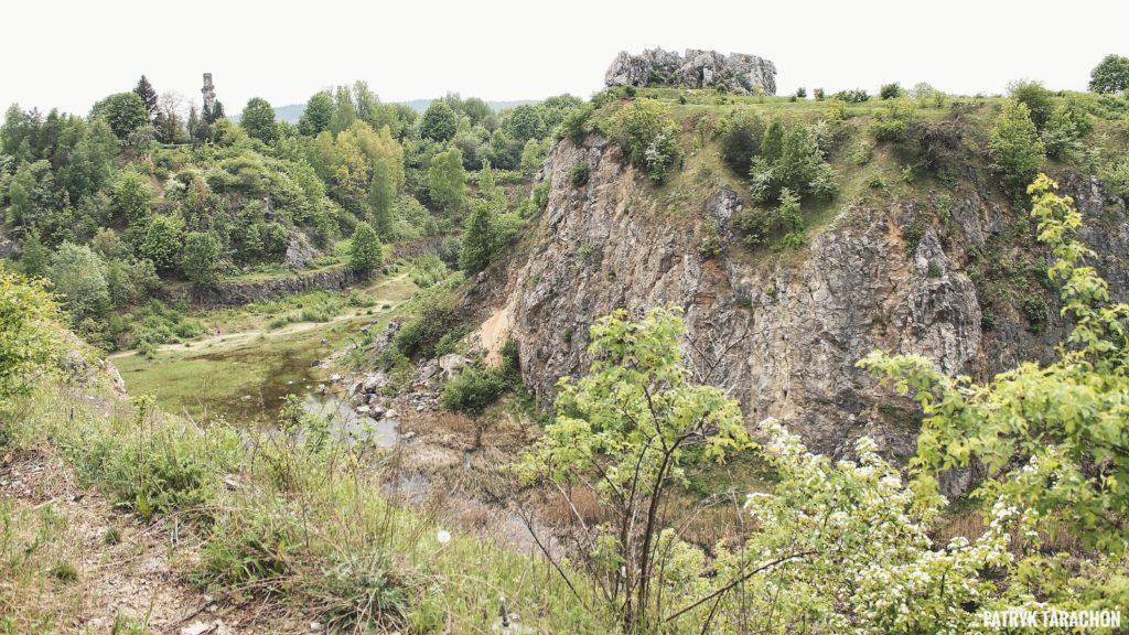 Jak dojechać do Kadzielni? Czym charakteryzuje się najlepsza atrakcja stolicy województwa świętokrzyskiego? W jaki sposób dostać się na szczyt Kadzielni oraz na jakich zasadach odbywa się zwiedzanie jaskiń!