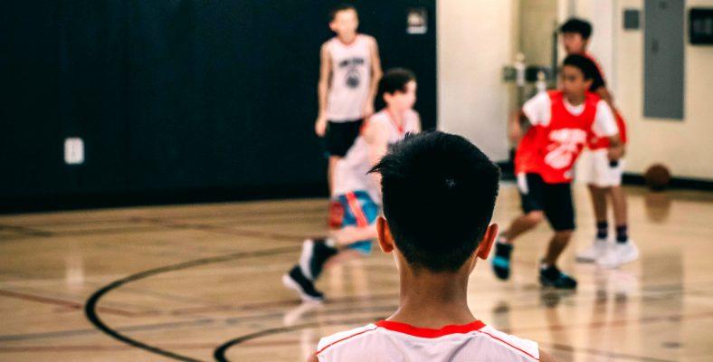 Skąd bierze się strach przed lekcjami wychowania fizycznego? Z jakich powodów wymigujemy się od lekcji? Sprawdź co spotyka młodych ludzi na lekcjach WF-u!