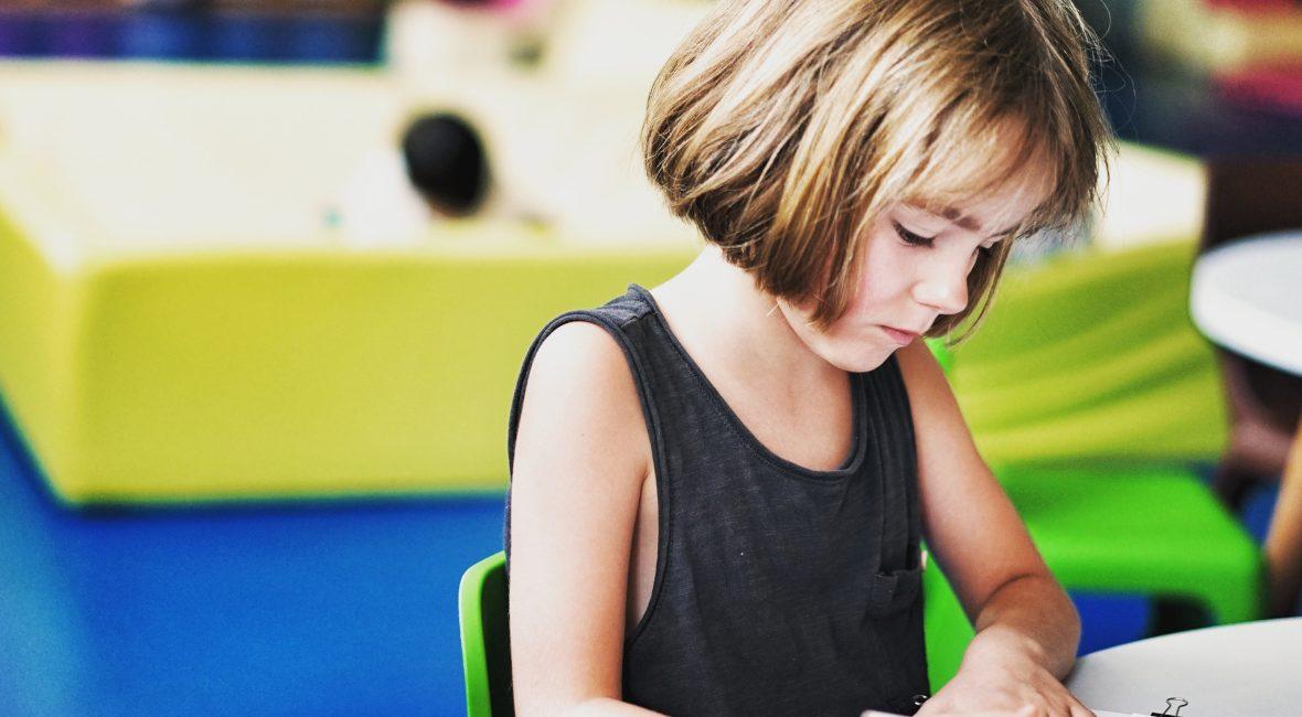 W jaki sposób pomóc dziecku odnaleźć się w grupie? Na czym polega odrzucenie przez grupę rówieśniczą w szkole? Jak czuje się dziecko odrzucone przez rówieśników i wykluczone z grupy? Co wpływa na akceptację w klasie!