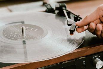 Dlaczego słuchanie płyt, jest wartościowe? Z jakich powodów powinniśmy zacząć wsłuchiwać się w muzykę? Płyty, które warto kupić do muzycznej kolekcji!