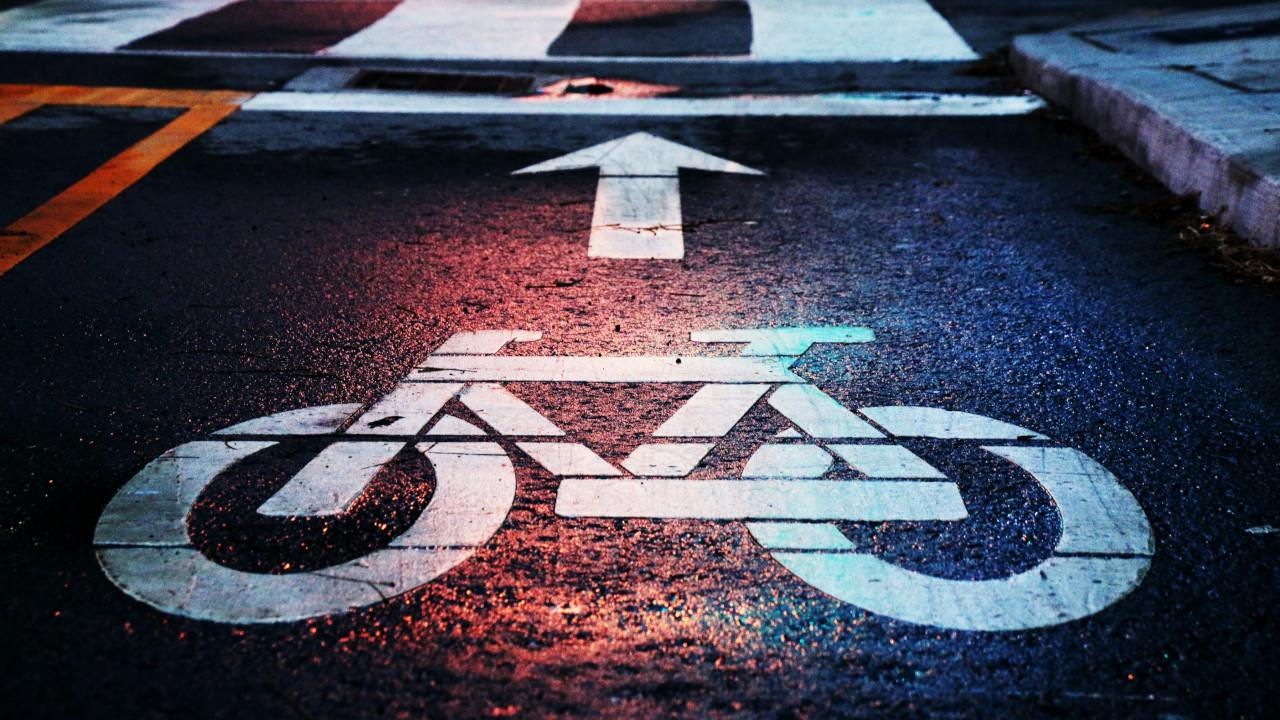 Dlaczego opłaca się jeździć rowerem? Jak organizować wyprawy rowerowe? Kiedy jest najlepszy czas na wyjazdy rowerem? Jakie przepisy obowiązują rowerzystów i kiedy popełniamy błędy na drogach? Gadżety i akcesoria, które przydają się podczas prowadzenia roweru!