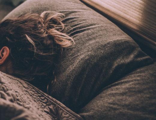 Jak poradzić sobie z bezsennością? W jaki sposób skupienie się na czymś przed snem, wpływa na wyspanie się? Proste sposoby na bezsenność!