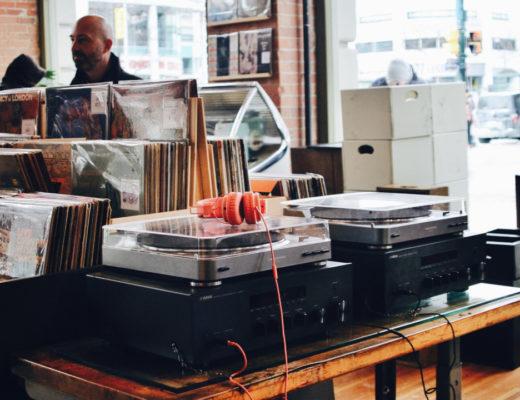 Dlaczego warto kupować płyty na winylu? Co daje słuchanie muzyki z płyt? O które płyty powiększyła się moja kolekcja? Sprawdź teraz!